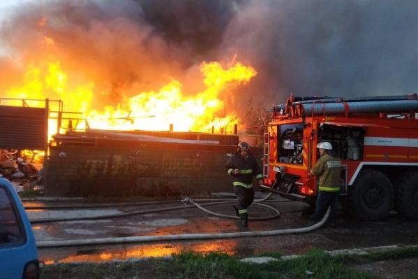 Пламя охватило соседние жилые дома