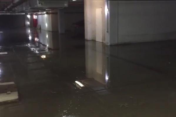 Вода в паркинге стоит уже два дня, не все успели убрать свои машины