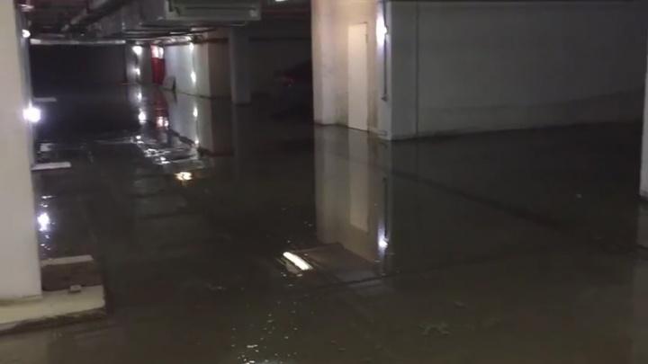 «Внутри десятки машин»: в Екатеринбурге затопило паркинг