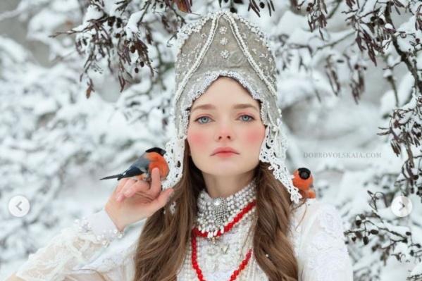 Ручные снегири во время съемки смирно сидели на руках омички