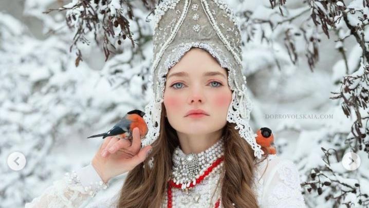 Омская модель снялась на фоне русского леса, держа в руках снегирей