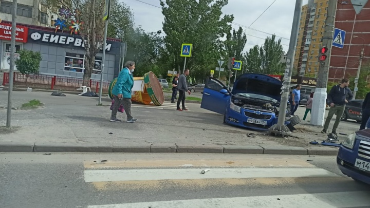 Снес бочку с квасом: в центре Волгограда иномарка вылетела на тротуар