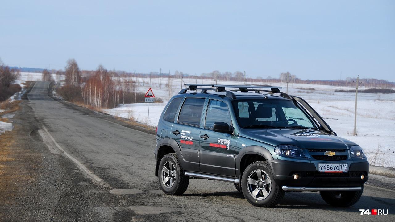 Niva выпускается с 2002 года и за это время почти не менялась. Были мелкие улучшения и рестайлинги в 2009 и 2019 годах, но в остальном это по-прежнему близкая родственница Lada 4 x 4