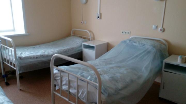 Пациентка омской больницы кинула табурет в соседку по палате