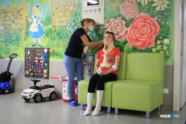 Ольга Монастыршина и её дочь ВикторияЛобанова, которую парализовало три месяца назад