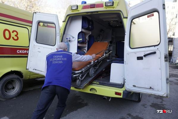 Ребенка увезли в больницу сразу после падения с высоты