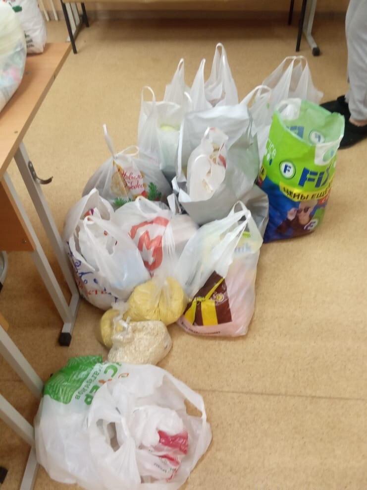 Люди несли еду из дома и специально покупали в магазинах