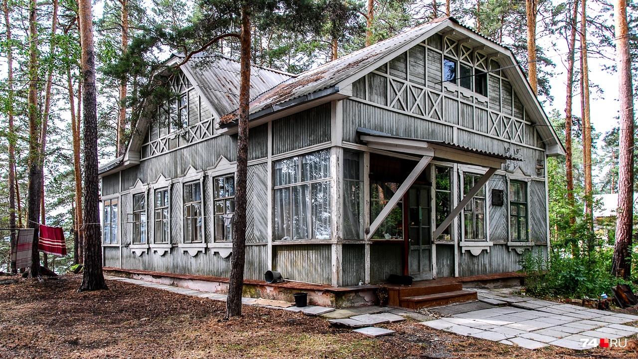 Восемь лет в этом доме жил Николай Тимофеев-Ресовский (с 1947-го по 1955-й), о чём напоминает табличка справа от двери.В этом же доме жил Евгений Забабахин, в честь которого назван РФЯЦ ВНИИТФ — градообразующее предприятиеСнежинска