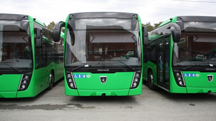 Екатеринбург получил полсотни новых автобусов с кондиционерами: прямой эфир с площади 1905 года