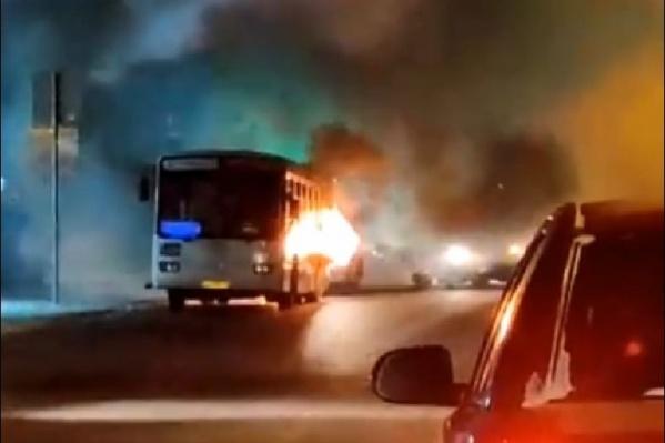 До приезда пожарных омичи пытались потушить огонь из небольшого ведра