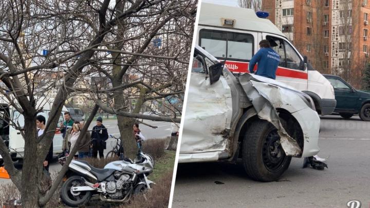 На Северном мотоцикл столкнулся с легковушкой, есть пострадавшие
