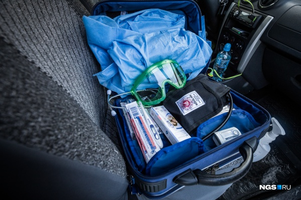Уже проверили четыре рейса. Так выглядит содержимое сумки врачей, которые проверяют пациентов дома