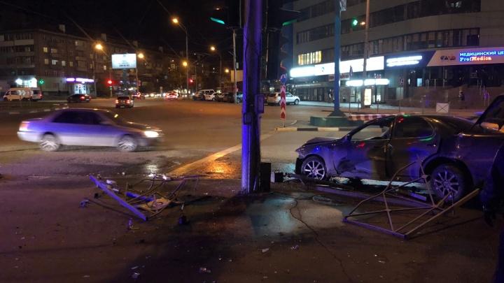 В хлам: «Тойота» снесла ограждение напротив Новосибирского цирка