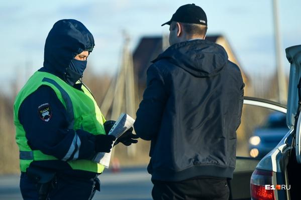 Полицейские заметили мужчину во дворе дома, проверили документы и составили административный протокол