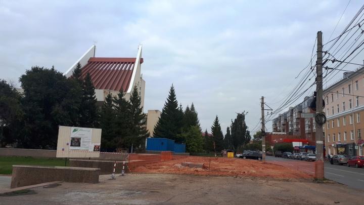 На Театральной площади полностью разобрали павильон, незаконно построенный почти 20 лет назад