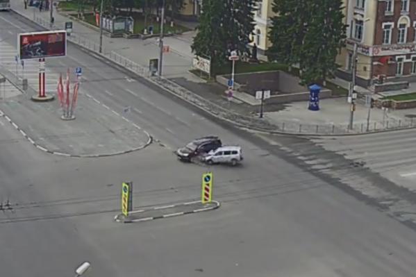 Столкновение на перекрестке Красный проспект — улица Гоголя