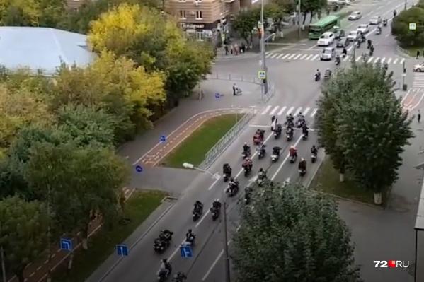 Мотоциклисты проехали по городу колонной