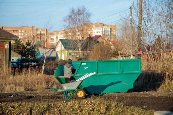 Жителям частного сектора приходится проходить около 600 метров, чтобы вынести мусор. Возможно, с появлениям новых площадок эта проблема будет решена