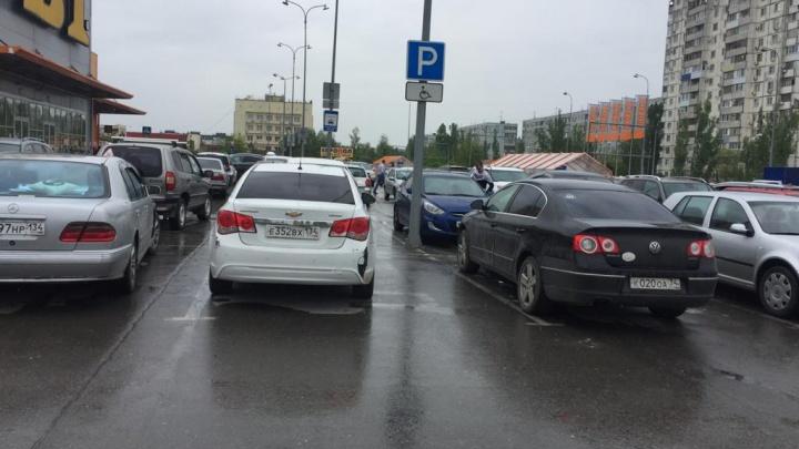 Надо будет — и в магазин въеду: автохамы оккупировали парковки гипермаркетов