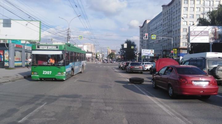 В Октябрьском районе у троллейбуса на ходу отвалилось колесо и отлетело во встречный автомобиль