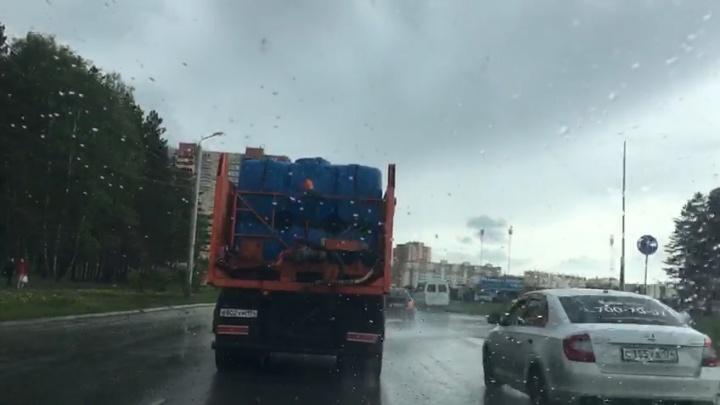 В челябинской мэрии объяснили эффективность поливки дорог во время дождя. Вы удивитесь