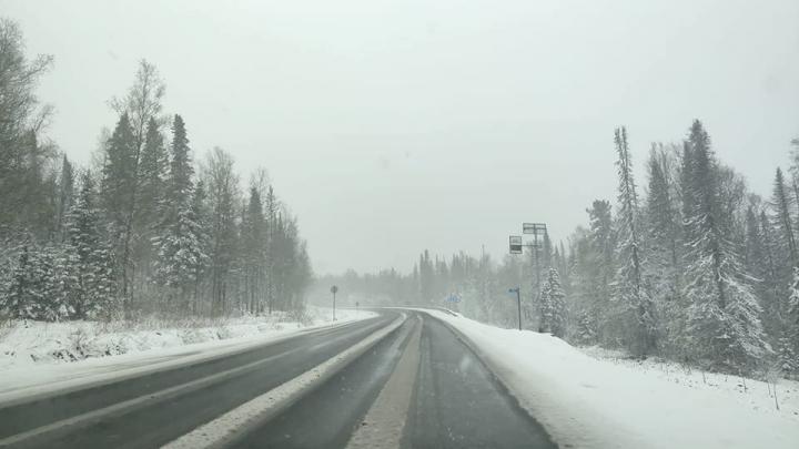 Трассу в районе Бирюсы прямо сейчас засыпает снегом