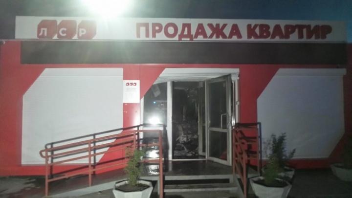 На Широкой Речке ночью подожгли офис продаж «Группы ЛСР»
