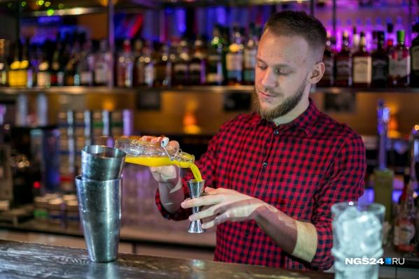 Опыт работы в баре, ресторане или аниматором может послужить началу карьеры, считают специалисты