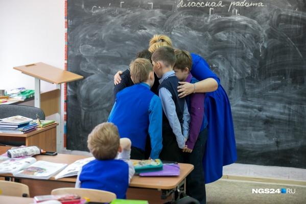 Если вы знаете о конфликте вашего ребенка с одноклассниками, в первую очередь поговорите с учителем