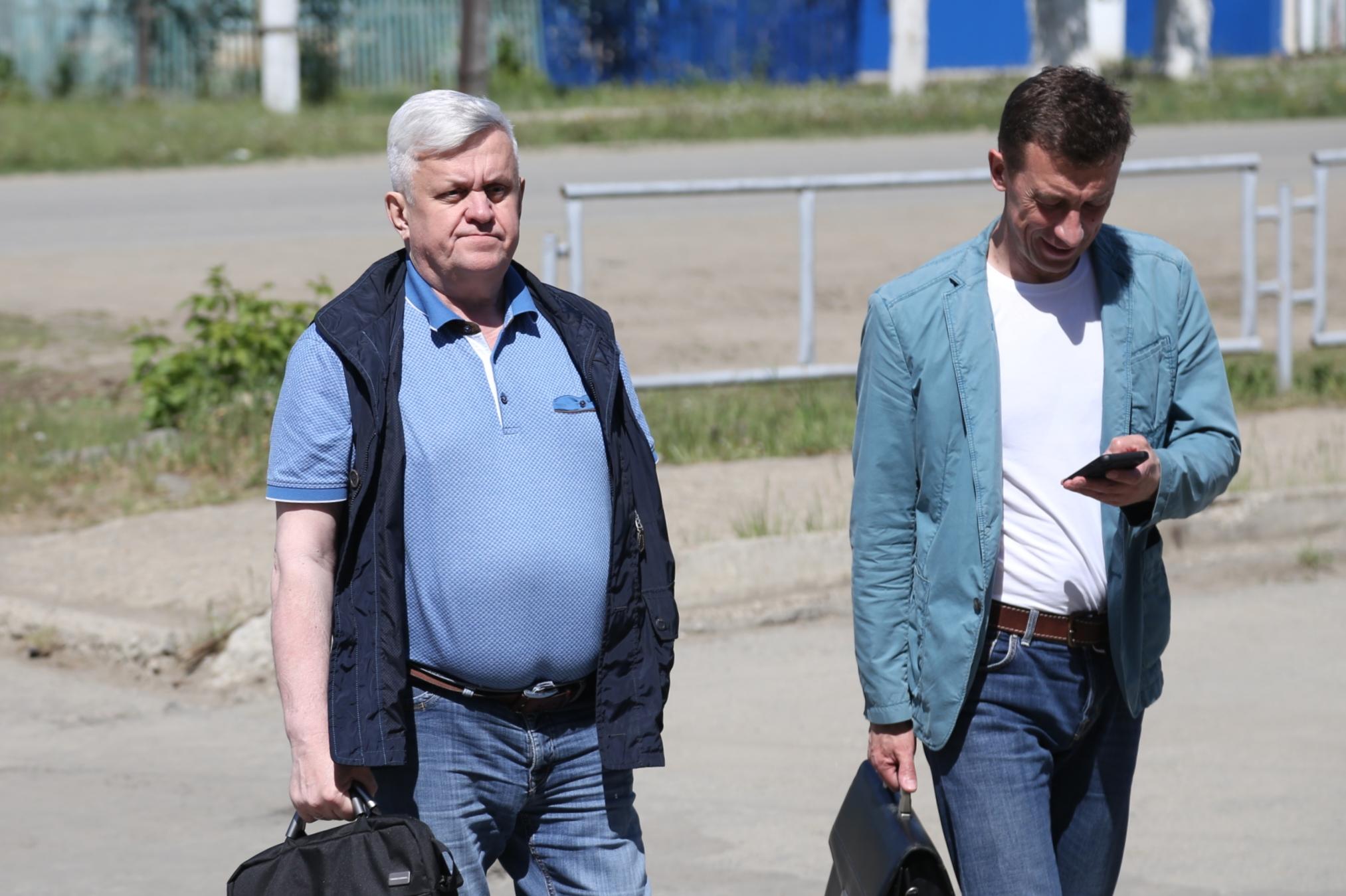 Андрей Косилов (слева) и его адвокат Николай Шиманович передали потерпевшей стороне проект мирового соглашения