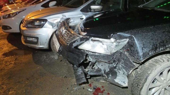 Infiniti снес 7 автомобилей и забор на парковке в районе Автовокзала