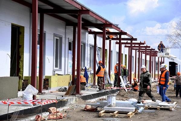 На объекте работают 570 строителей