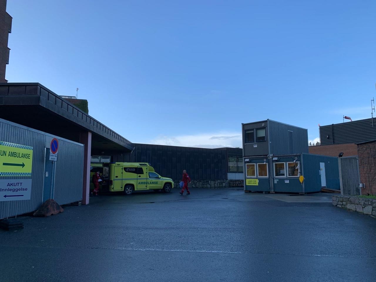 Эта фотография тоже сделана рядом с больницей. Аmbulance — это скорая помощь