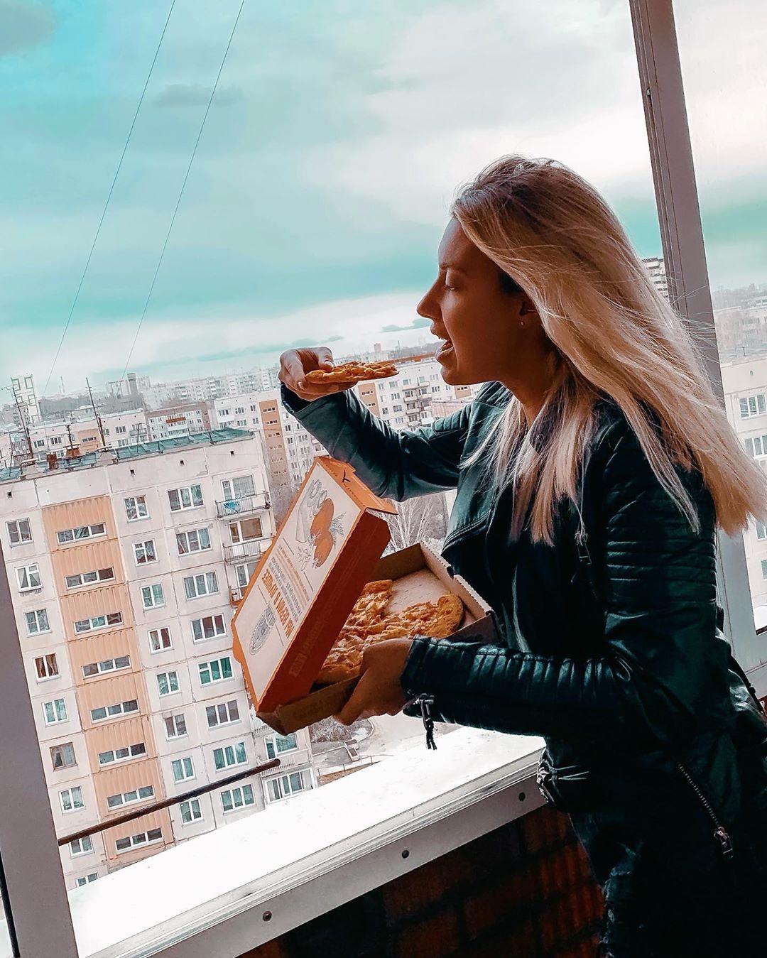 Поставить гриль на балконе многим весьма проблематично, а вот поесть пиццу с видом на окрестности — вполне реально