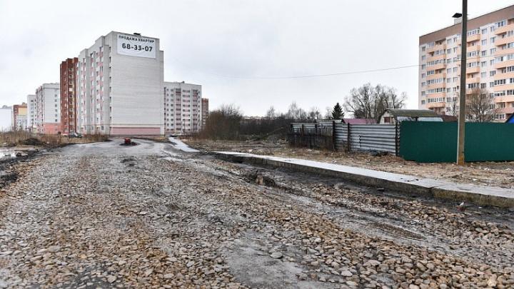 Уничтоженную мусоровозом дорогу в Брагино засыпали щебнем