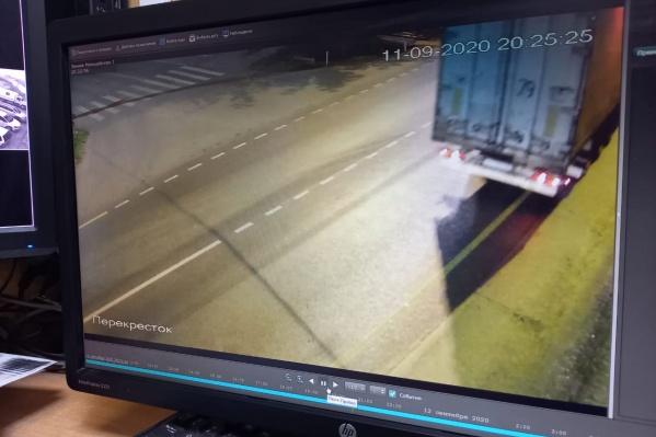 Грузовик с разбитой фарой попал на записи дорожных камер