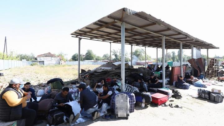 Пропустят свадьбы и похороны: репортаж 161.RU из лагерей узбеков, высланных в Каменск-Шахтинский
