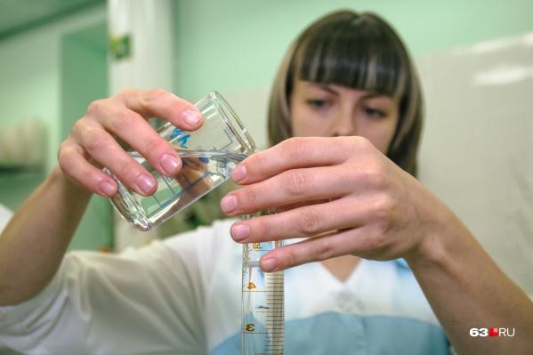 Пробы воды исследовали в лаборатории