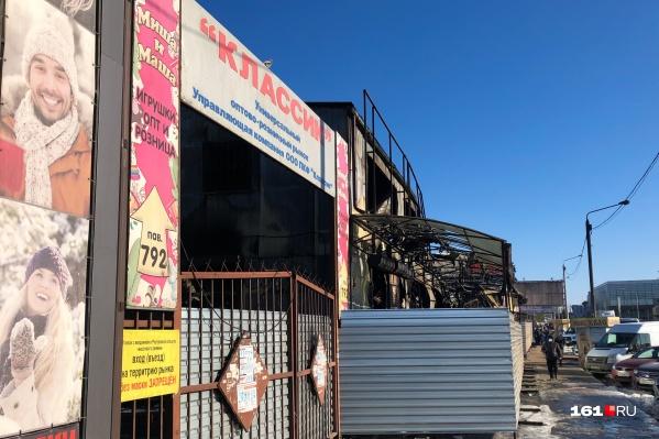 Сгоревшую часть рынка обнесли металлическим забором