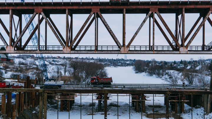 В Омске строят новый мост через Омь — смотрим, как продвигаются работы