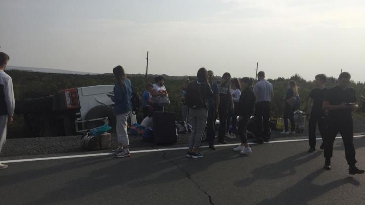 Грузовик с 18 пассажирами перевернулся на трассе по пути из аэропорта Норильска