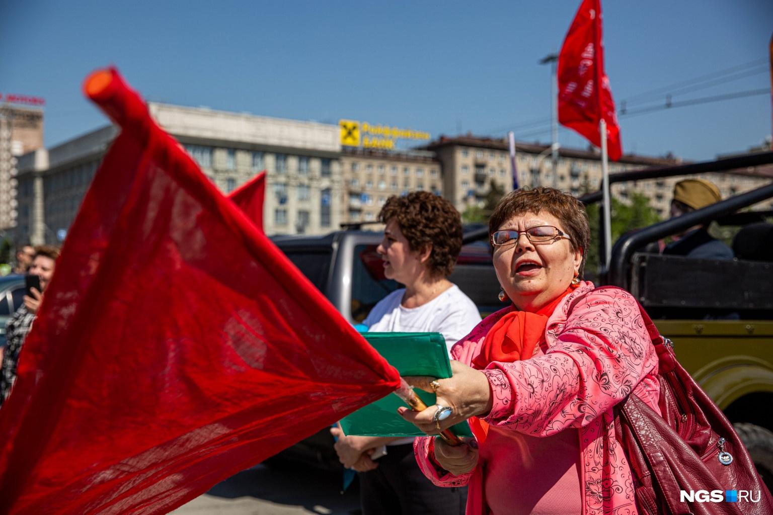 Люди вышли на парковку на Ленина с флагами и портретами дедушек-участников ВОВ
