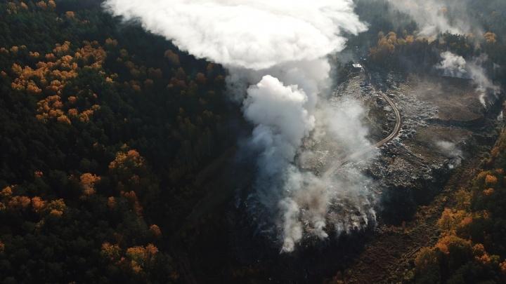 Фотограф снял с высоты птичьего полета пожар, дым от которого накрыл Екатеринбург: видео