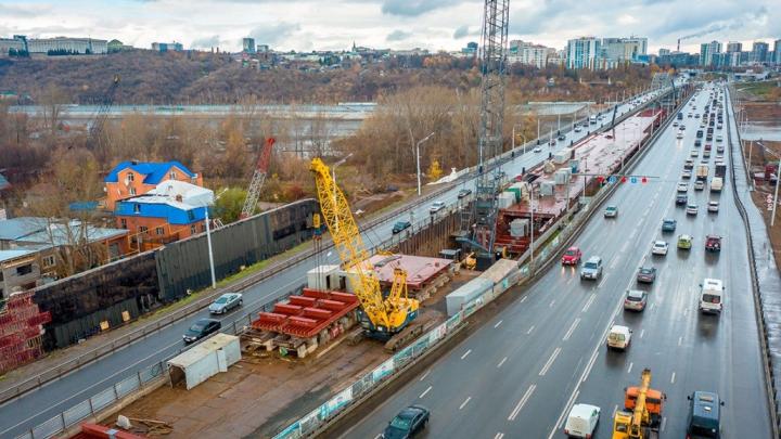 «Работаем без существенных перекрытий движения»: строители показали новый мост через Белую