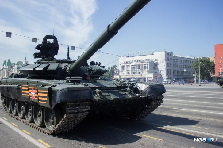 Следом за Т-34 по площади проехали мотовездеходы, бронетранспортеры, боевые машины артиллерии и зенитно-ракетные установки. Впервые на параде в Новосибирске выступили танки Т-72 (на фото) и автомобили «Тайфун»
