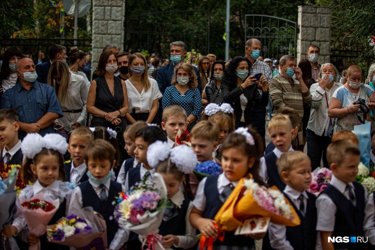 Такого Дня знаний точно не было: родители в масках на безопасном расстоянии от своих детей