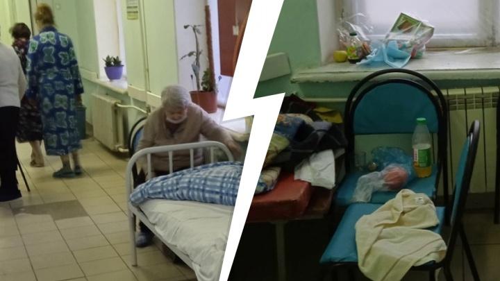 В больнице Нижнего Тагила пожилые пациенты лежат на койках в коридоре из-за нехватки мест в палатах