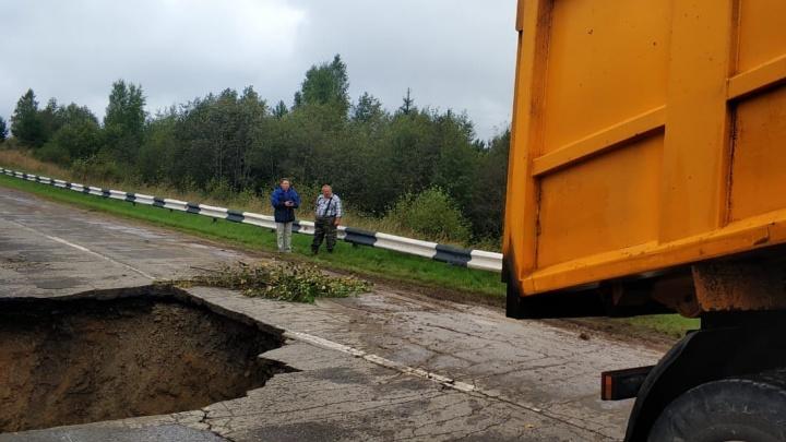 В Ярославской области перекрыли трассу из-за обвала дороги