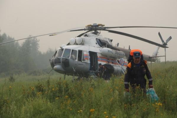 Пожарные тушат возгорание с помощью вертолета