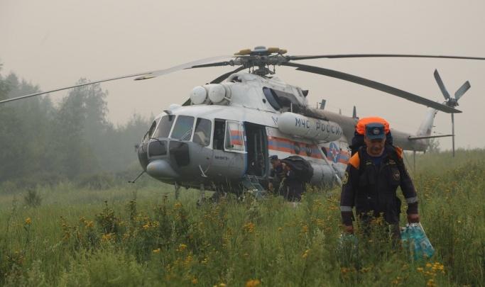 Возле «Удачного» вспыхнул большой участок леса. Пожарные тушат огонь с вертолета